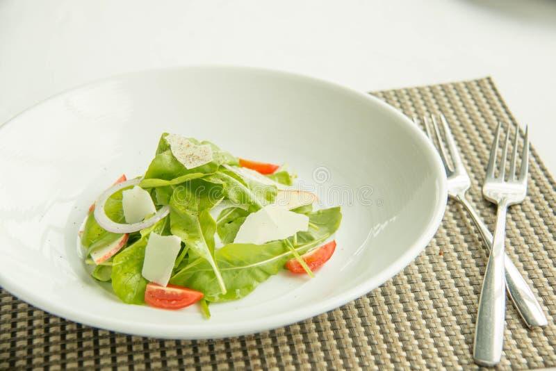 Een verse groentesalade stock afbeeldingen