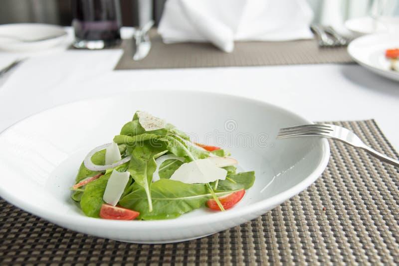 Een verse groentesalade royalty-vrije stock afbeeldingen