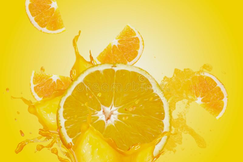 Een verse, sappige en smakelijke oranje veroorzakende waterplons in alle richtingen Yollowachtergrond stock foto's