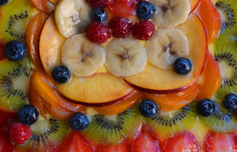 Een verse vlaai, met bosbessen, perziken, bananen, gelei, appelen, kiwi, royalty-vrije stock foto