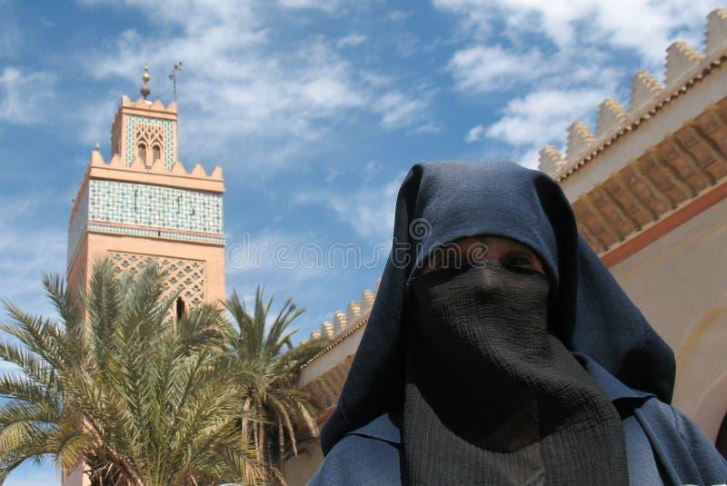 Een versluierde, Moslimdame royalty-vrije stock afbeeldingen