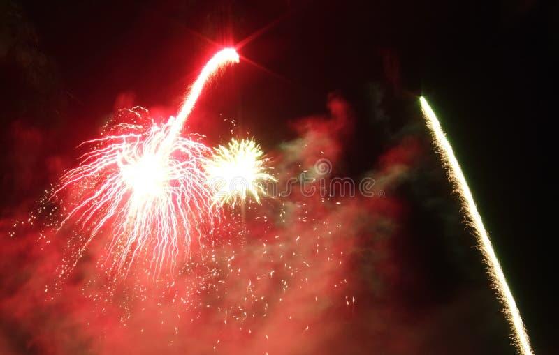 Een vertoning van vuurwerk die in de nachthemel schieten royalty-vrije stock afbeeldingen