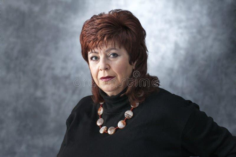 Een vette vrouw in een zwarte sweater royalty-vrije stock foto's