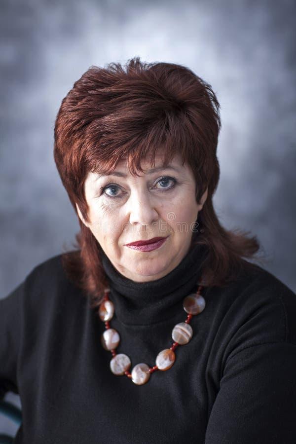 Een vette vrouw in een zwarte sweater stock afbeelding