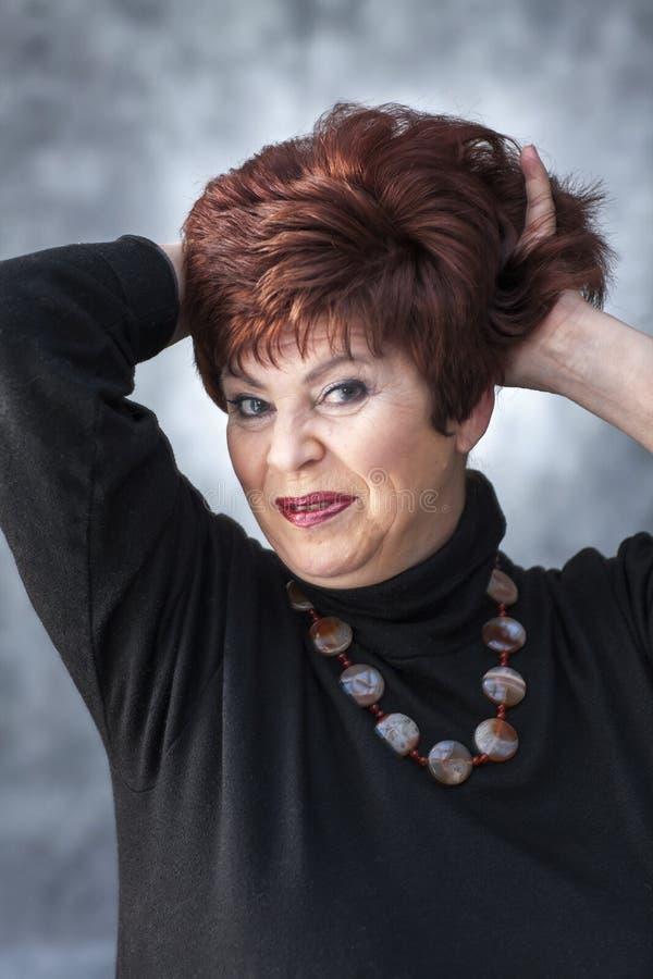 Een vette vrouw in een zwarte sweater stock fotografie