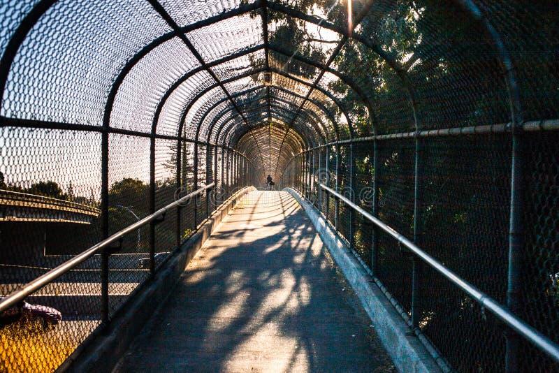 Een viaductbrug boven weg 101 in Santa Clara County royalty-vrije stock afbeelding