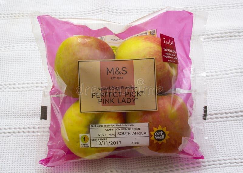 Een vier pak van Roze Dame die appelen met de etikettering en het prijskaartje van Marks and Spencer eten royalty-vrije stock foto