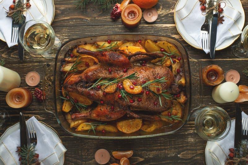 Een viering van de traditionele Thanksgiving dayviering Vlak-leg diner voor de familie met geroosterde eend of kip op a stock foto's