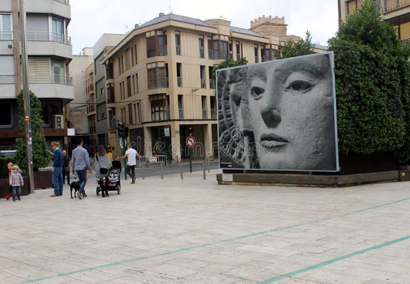 Een vierkant waar er een straatmozaïek met het beeld van het Iberische beeldhouwwerk is dat ` de Dame van Elche ` wordt genoemd stock foto