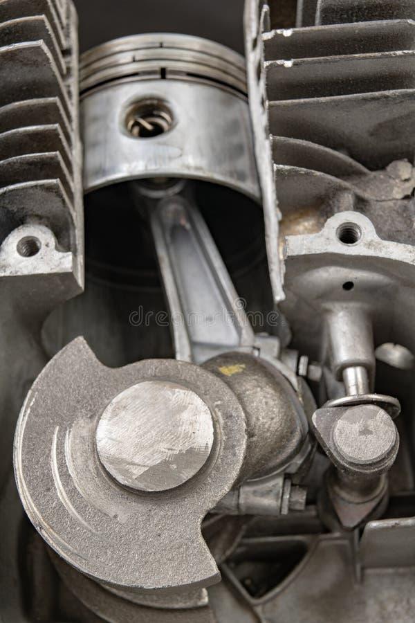 Een viertaktbenzinemotor in sectie Het binnenland van een enig-cilinder interne verbrandingsmotor stock foto
