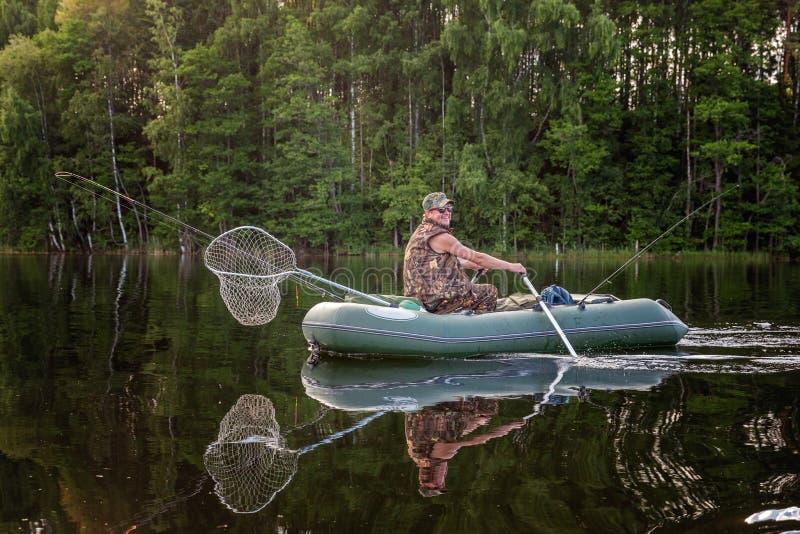 Een visser in een boot stock foto