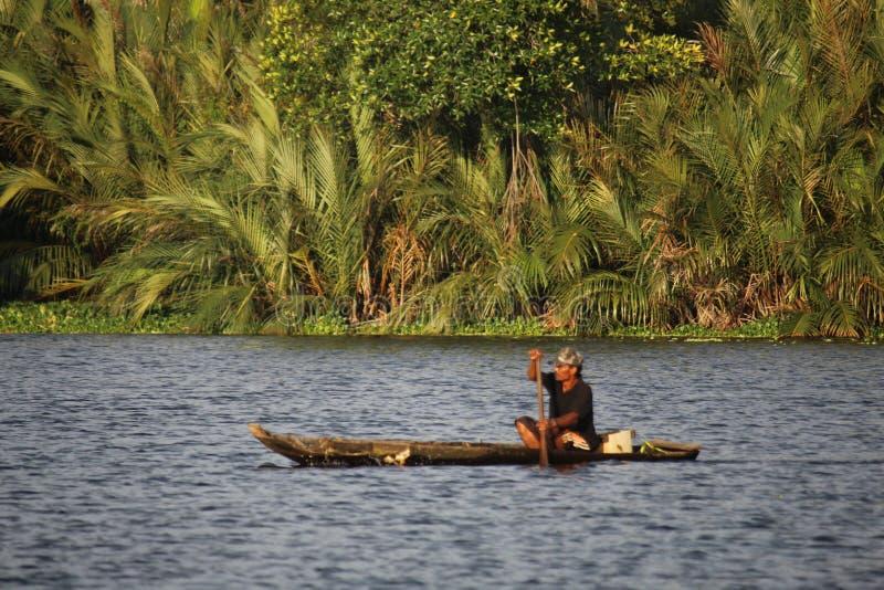 Een visser die vissen in de rivier met boot zoeken royalty-vrije stock foto