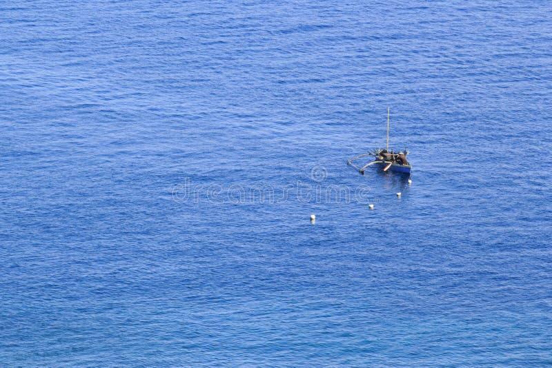 Een visser in het blauwe overzees royalty-vrije stock fotografie