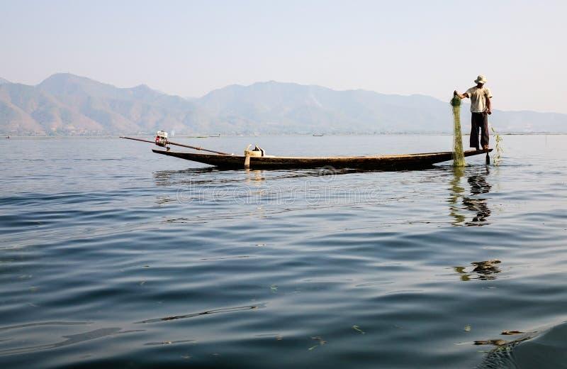 Een visser met de boot op meer in Inle, Myanmar stock foto