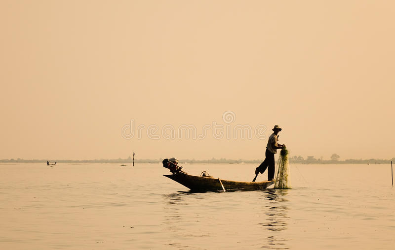 Een visser met de boot op meer in Inle, Myanmar royalty-vrije stock afbeelding