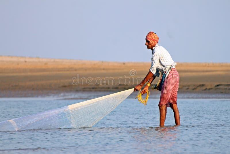 Een visser vangt vissen door traditioneel schepnet in India royalty-vrije stock foto