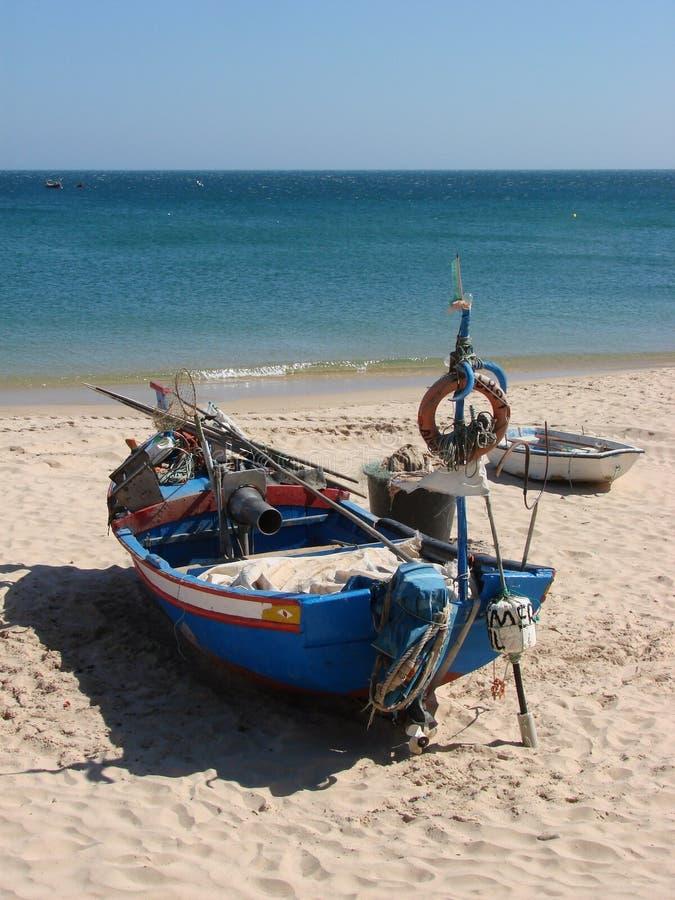 Een vissersboot in Algarve stock afbeeldingen