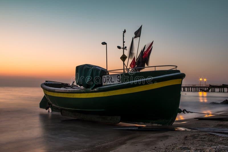 Een vissersboot in het ochtendlicht stock foto