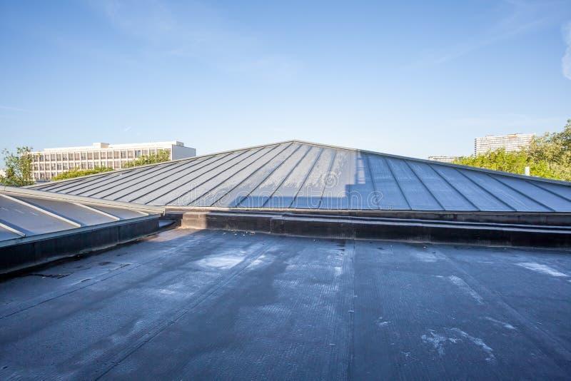 Een vlak dak op een hoog gebouw stock foto's
