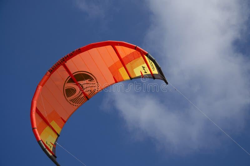 Een vlieger in de hemel op Sotavento-strand royalty-vrije stock afbeeldingen