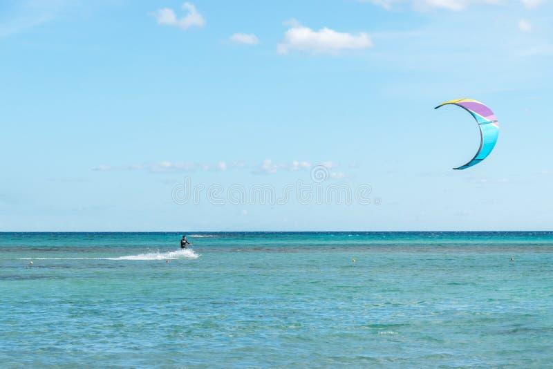 Een vliegersurfer berijdt de golven stock foto's