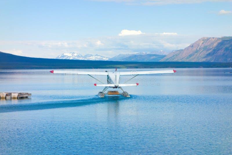 Een vliegtuig dat voor lading aan afgelegen gebieden in yukon wordt gecharterd stock foto's