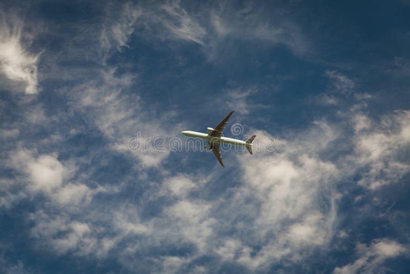 Een vliegtuig die blauwe hemel vliegen royalty-vrije stock foto's