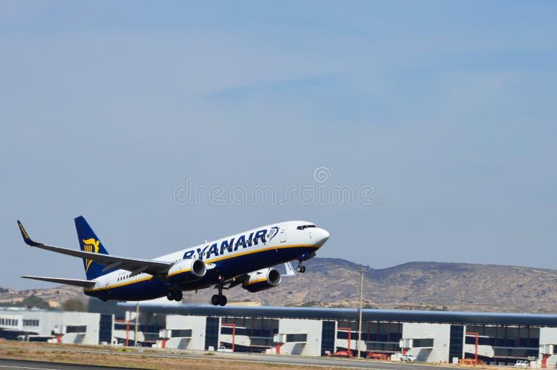 Een vliegtuig die enkel van de luchthaven van Alicante van Spanje lanceren royalty-vrije stock fotografie