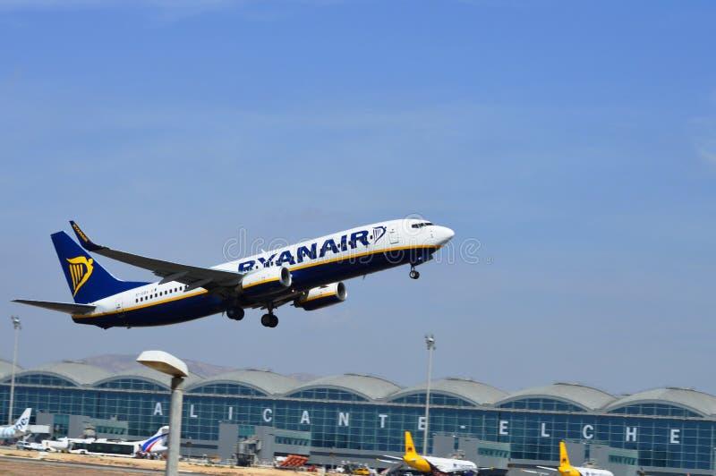 Een vliegtuig die enkel van de luchthaven van Alicante van Spanje lanceren stock afbeelding