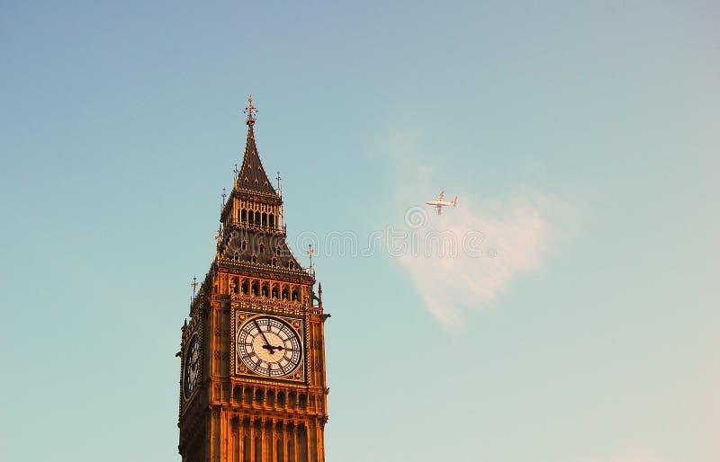 Een vliegtuig door de Big Ben royalty-vrije stock foto