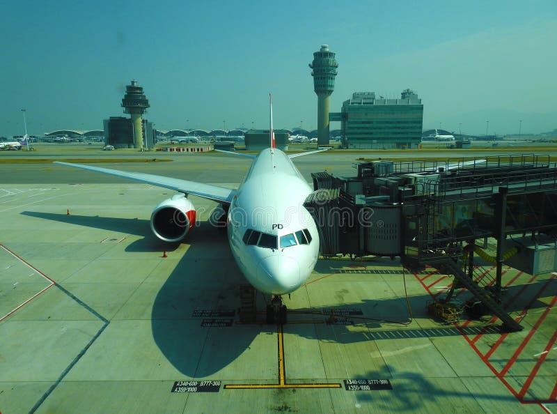 Een vliegtuig in HKIA wordt geparkeerd die op passagier wachten die om in te schepen royalty-vrije stock foto's
