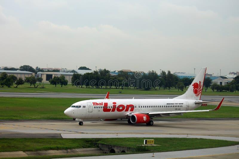 Een vliegtuig loopt op baan stock afbeeldingen