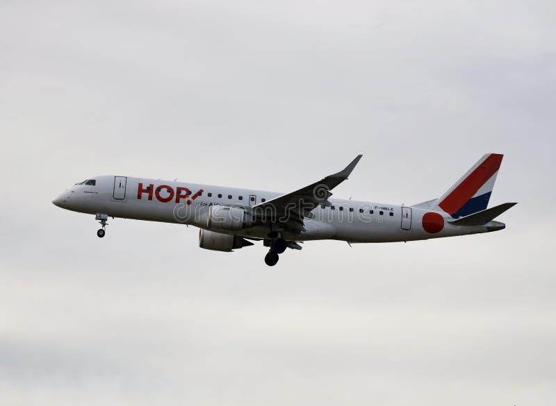 Een vliegtuig van HOP! luchtvaartlijnen die in de hemel vliegen royalty-vrije stock fotografie