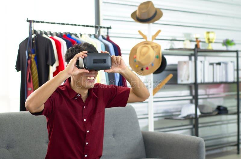 Een vlogger die een draagbare VR-bewegingssimulator test royalty-vrije stock foto
