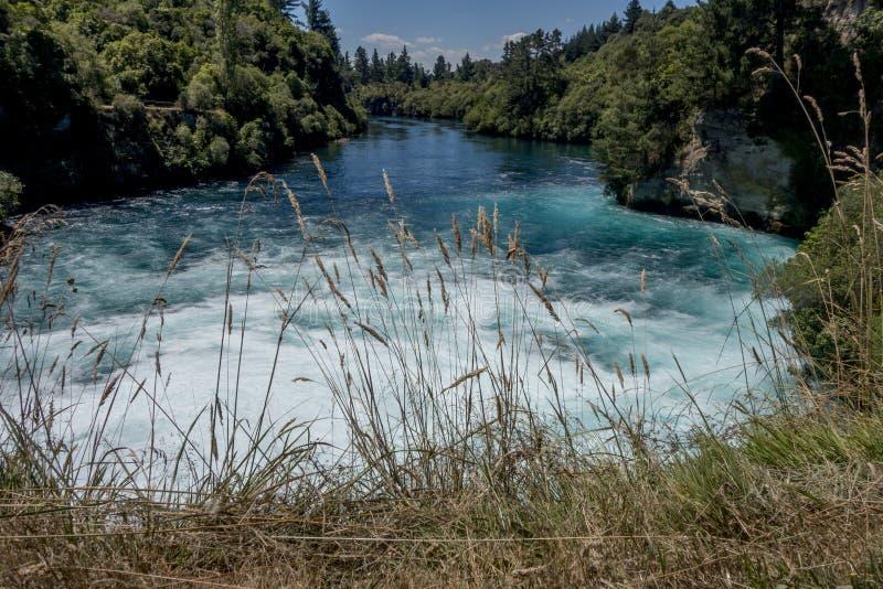 Een vlugge, schone rivier draagt zijn stormachtige wateren in de oceaan royalty-vrije stock afbeelding