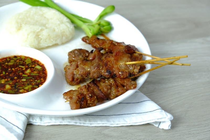 Een voedsel van Thailand Het geroosterde menu van de Varkensvleesgrill met kleverige rijst en kruidige het recept van de Spaanse  stock foto