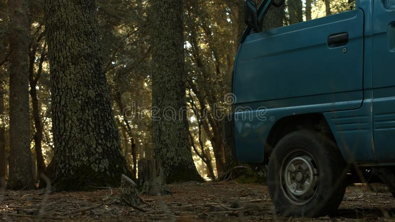 Een voertuig binnen de wildernis in de Marokkaanse Atlas stock fotografie
