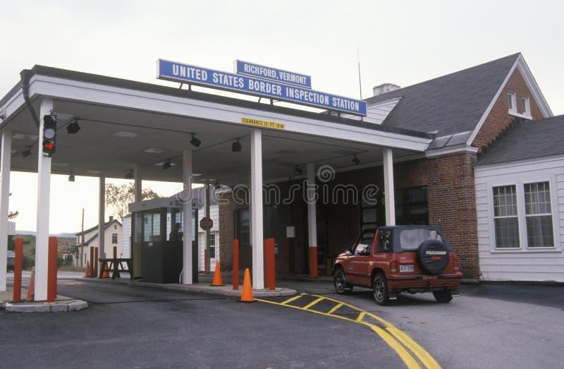 Een voertuig nadert de grensinspectiepost in Richford, Vermont op de manier over de grens tussen Canada en U S royalty-vrije stock foto's