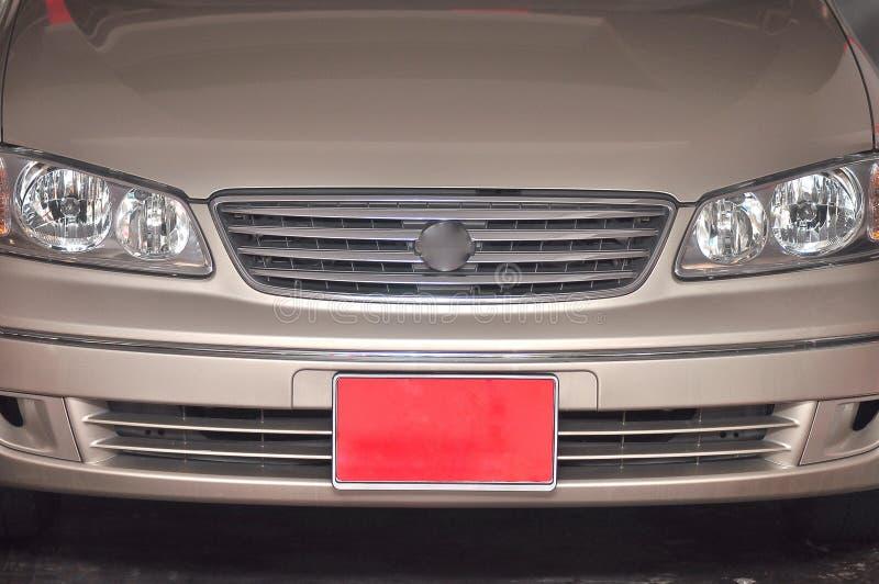 Een voertuignummerplaat buiten de piek die in kleur rood is royalty-vrije stock foto's