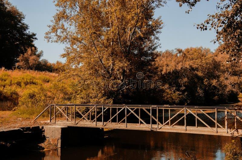 Een voetbrug op het kanaal stock afbeelding