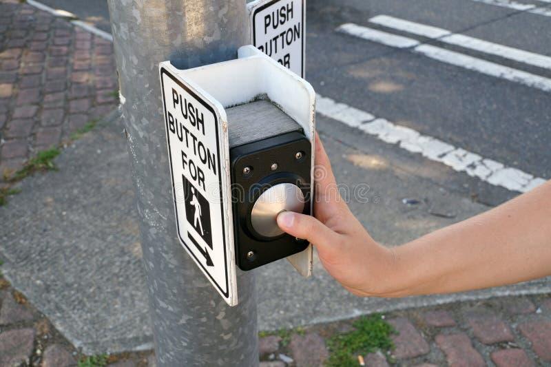 Een voetgangerslichtschakelaar met spraakgeleiding en uitgebreide bedieningsinstructies Voetganger drukt op de knop royalty-vrije stock fotografie