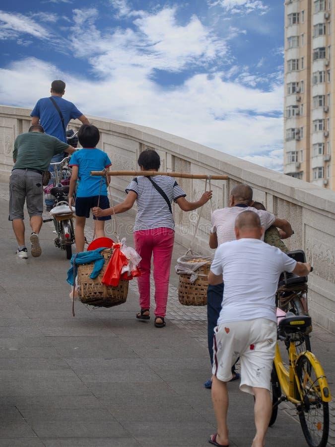 Een voetgangersoversteekplaats brug in Guangzhou, China royalty-vrije stock foto's