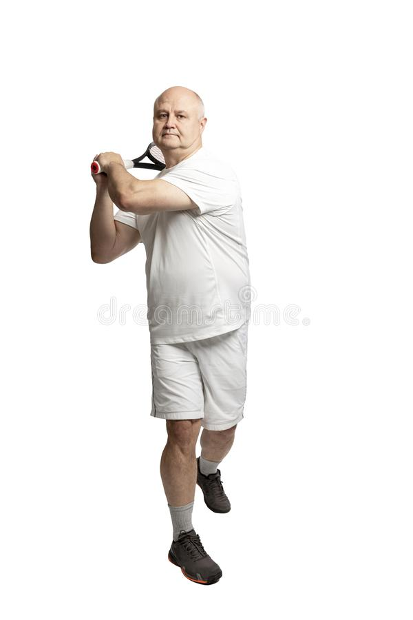 Een volwassen kale mens in sportkleding speelt tennis Ge?soleerd op een witte achtergrond stock afbeelding