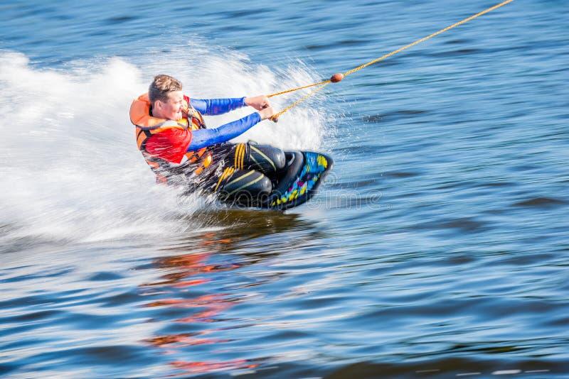 Een volwassen mens voert interessante en moeilijke stunts op su uit royalty-vrije stock foto