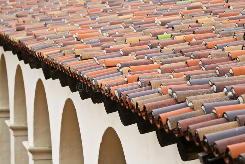 Een Voorbeeld van een Spaans Dak en de Bogen van de Heroplevingsstijl stock fotografie
