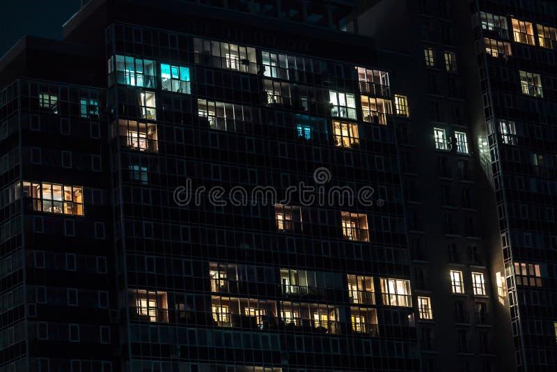 Een voorgevel van een gebouw met vensters stock foto