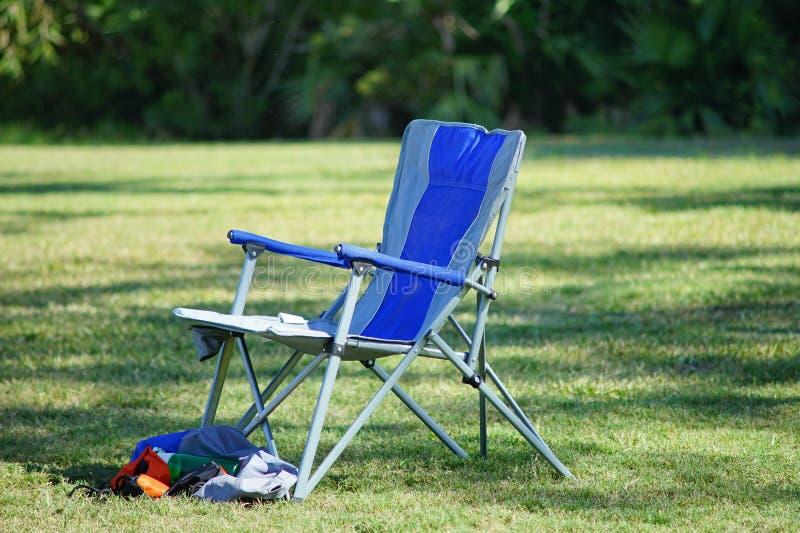 Een vouwende stoel op voetbalgebied royalty-vrije stock afbeeldingen