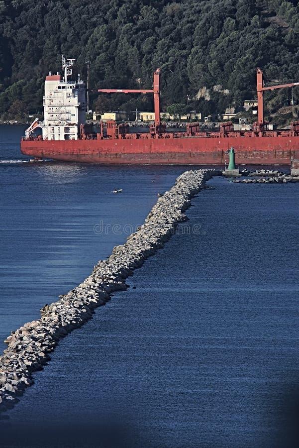 Een vrachtschip in de Golf van La Spezia, Liguri? royalty-vrije stock foto
