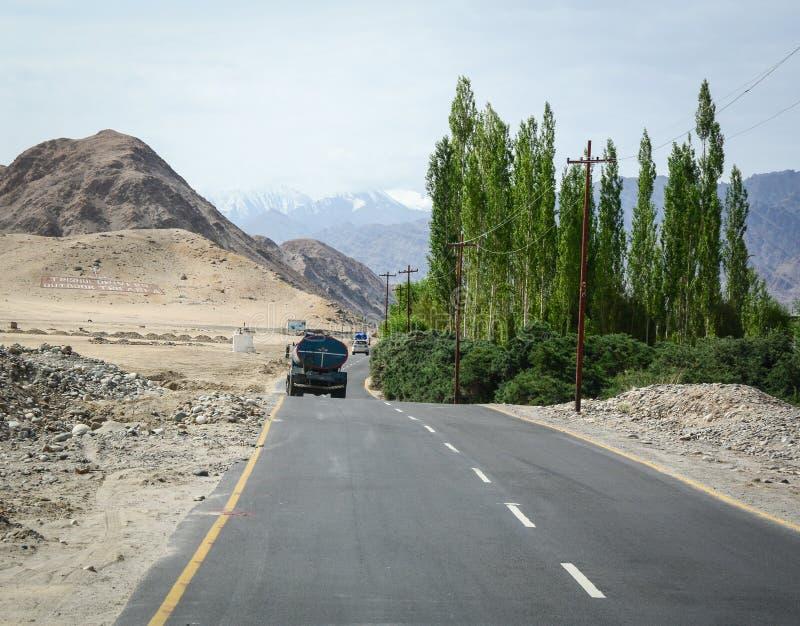 Een vrachtwagen op bergweg in Leh, India royalty-vrije stock fotografie