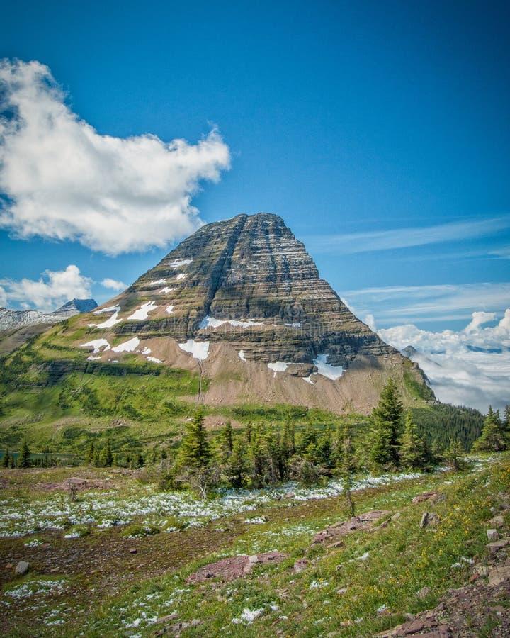 Een vrede van berghemel het voortkomen uit verborgen meer stock foto